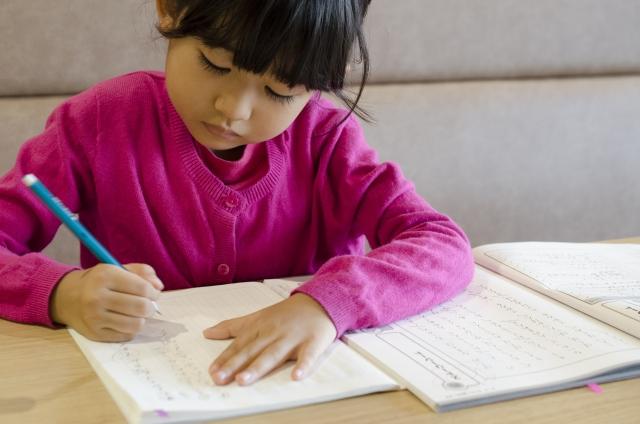 子どもが塾で勉強する